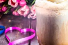 Höhlen Sie Kaffeetasse, Herz, Tulpen, auf Tabelle Lizenzfreie Stockfotografie