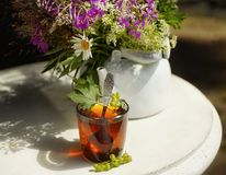 höhlen Sie Kesselsonnenlichttabellen-Blumenblumenstrauß des schwarzen Tees weißen draußen Lizenzfreies Stockfoto