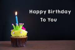 Höhlen Sie Kuchen und alles Gute zum Geburtstag Text auf Tafelhintergrund lizenzfreies stockfoto