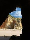 Höhlen und bunte Felsenanordnungen auf der Algarve Stockfotografie