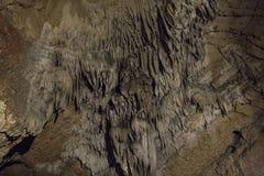 Höhlen und Höhlenbildungen in der Schlucht des Flusses nahe bei Bor Lizenzfreies Stockfoto