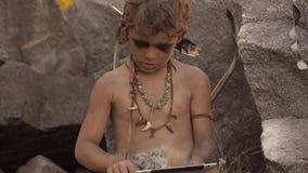 Höhlenbewohner, männlicher Junge, der unter Verwendung des Tablet-PCs macht stock footage