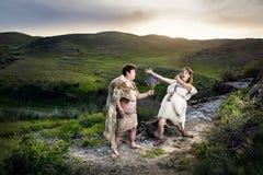 Höhlenbewohnerpaare in der Liebe an den Bergen Stockfotografie