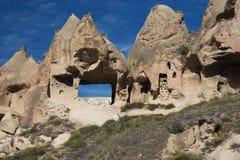Höhlenbewohnerwohnung auf einem Gebirgsrücken am Zelve-Tal lizenzfreie stockfotografie