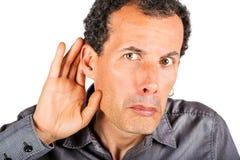 Höhlende Hand des Mannes hinter Ohr Stockfotografie