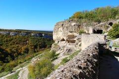 Höhlenstadt Chufut-Kohl im Herbst lizenzfreie stockfotos