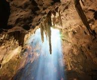 Höhlenstalaktiten und -sonnenlicht lizenzfreies stockbild