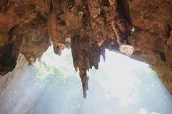 Höhlenstalaktiten und -Sonnenstrahl am Morgen stockbild