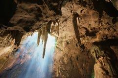 Höhlenstalaktiten und Sonnenstrahlen in der Höhle stockfotos