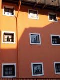 Höjd av byggnaden med målade fönster i Madonna di Campiglio Arkivbilder