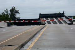 Höjd bro, körbana med trafikligths och barriärer royaltyfria bilder