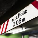 Höjd för maximum för tecken för varning för parkeringsgarage Arkivfoto