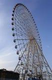 Höjd 150 meter, diametern av 120 meter, komponerade av 60 kapslar av regnbågefärghjul Royaltyfri Bild