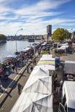 Höjd sikt till den söndag Batte marknaden längs Meuset River i Liege, Belgien arkivbilder