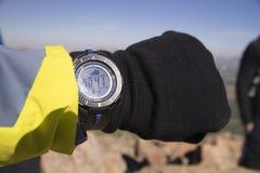Höjd som kontrollerar med en bärbar handled-höjdmätare royaltyfri foto