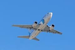 Höjden för passagerareBoeing 737-500 den plana vinster Royaltyfri Foto