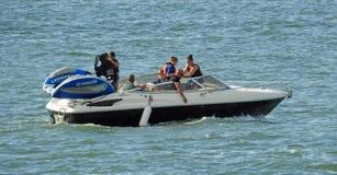 Höjdpunkt driven snabb motorbåt Royaltyfria Foton