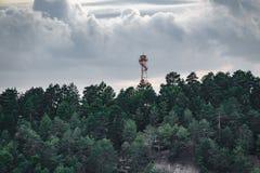 Höjdpunkt för hålla ögonen på för brand förlägga i barack över skogen royaltyfria bilder