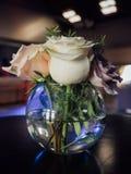 Höjdpunkt med blommor på en tabell i en bar arkivfoton