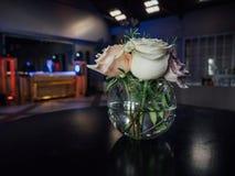 Höjdpunkt med blommor på en tabell i en bar fotografering för bildbyråer