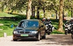 Höjdpunkt rangordnad europeisk officiell bilkortege Royaltyfri Foto