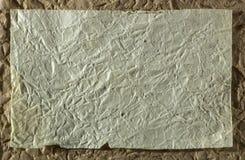 Höjdpunkt specificerad abstrakt förpackande guling rynkad pappers- textur Arkivbilder
