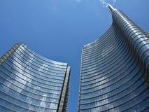 Höjdpunkten försilvrar skyskrapor i Milan fotografering för bildbyråer