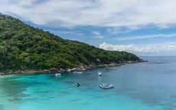Höjdsikt på den tropiska turkoslagun med den sandiga stranden och tro Royaltyfri Foto