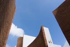 Höjdtegelstenvägg på himmelbakgrund Arkivbild