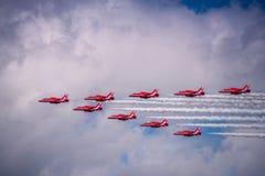 HökT1 för brittisk rymd av röd pilkonstflygning team på Airshow royaltyfri foto