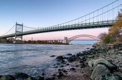 Höllen-Tor-Brücke und Triborough-Brücke nachts, New York USA lizenzfreie stockfotografie