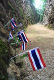 Höllenfeuerdurchlauf mit thailändischen Flaggen und Blumen Stockfoto