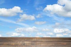 Hölzern mit blauem Himmel und Wolke Stockbild