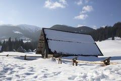Hölzern schützen Sie traditionsgemäß in den polnischen Bergen Stockfotografie