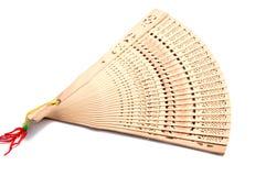 Hölzern schnitzen Sie faltenden Fan der chinesischen Art Handauf Weiß Lizenzfreie Stockfotografie