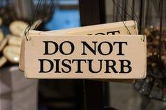 Hölzern stören Sie nicht Zeichen-das schwarzer Text Druckdekorations-Hängen Stockbild