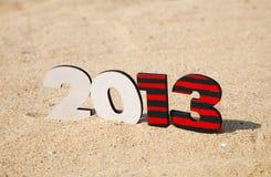 Hölzerne 2013-Jahr-Zahl auf dem Sand Lizenzfreie Stockbilder