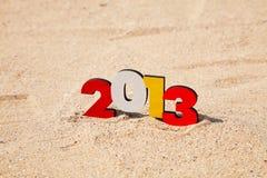 Hölzerne 2013-Jahr-Zahl auf dem Sand Stockfoto