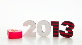 Hölzerne 2013-Jahr-Zahl mit einer brennenden Kerze Stockbilder