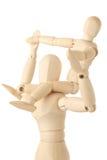 Hölzerne Abbildungen des Kindes sitzend auf Stutzen der Muttergesellschafts Stockbild