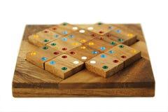Hölzerne Abbildungen mit Farbenpunkten montieren im Puzzlespiel Lizenzfreie Stockfotografie