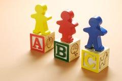 Hölzerne Abbildungen und Alphabet-Würfel Stockbild