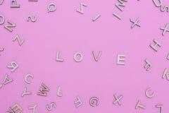 Hölzerne ABC-Alphabetbuchstaben auf rosa Hintergrund stockfoto
