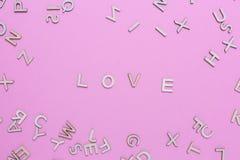 Hölzerne ABC-Alphabetbuchstaben auf rosa Hintergrund lizenzfreie stockfotos