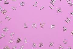 Hölzerne ABC-Alphabetbuchstaben auf rosa Hintergrund stockbild