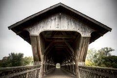 Hölzerne abgedeckte Brücke Stockbild