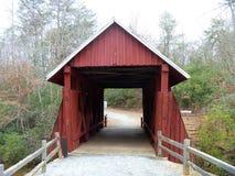 Hölzerne abgedeckte Brücke Stockfotografie