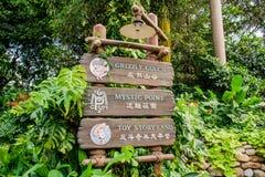 Hölzerne alte Art von Richtungssignage in Hong Kong Disneyland stockbilder