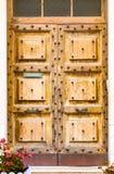 Hölzerne alte Tür Browns - klassischer Fassadenhintergrund stockbild