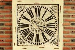 Hölzerne alte Uhr auf Wand lizenzfreies stockbild